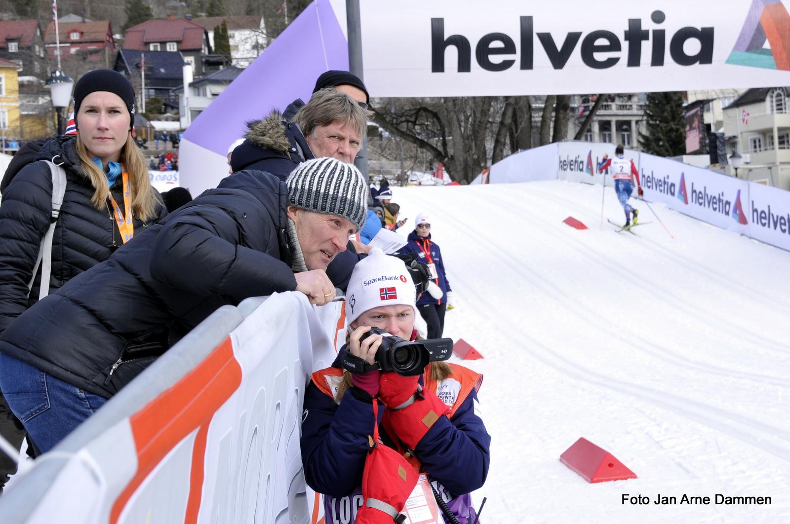 FIS leder Vegard Ulvang og Stine Helen Hole filmer ved den stakefrie sonen i World Cup Drammen. Foto Jan Arne Dammen