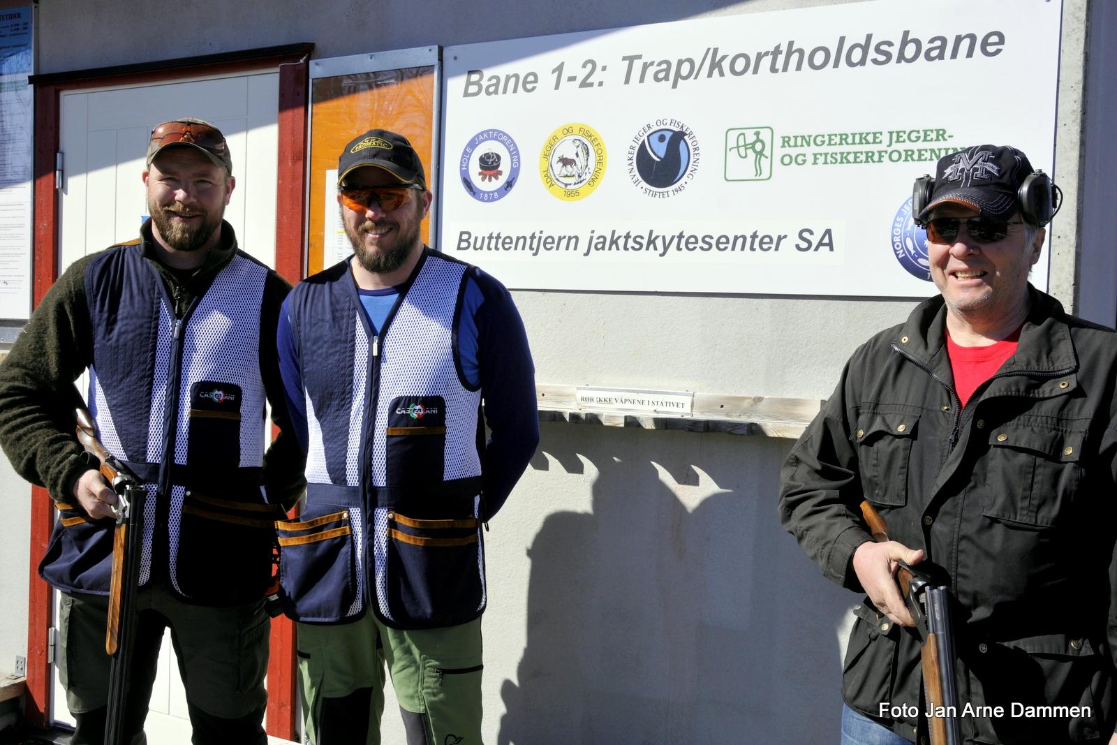 Instruktører fra v. Jarle Nymoen Idar Bølgenhaugen og leder for haglebanen Arne Andersen Foto Jan Arne Dammen