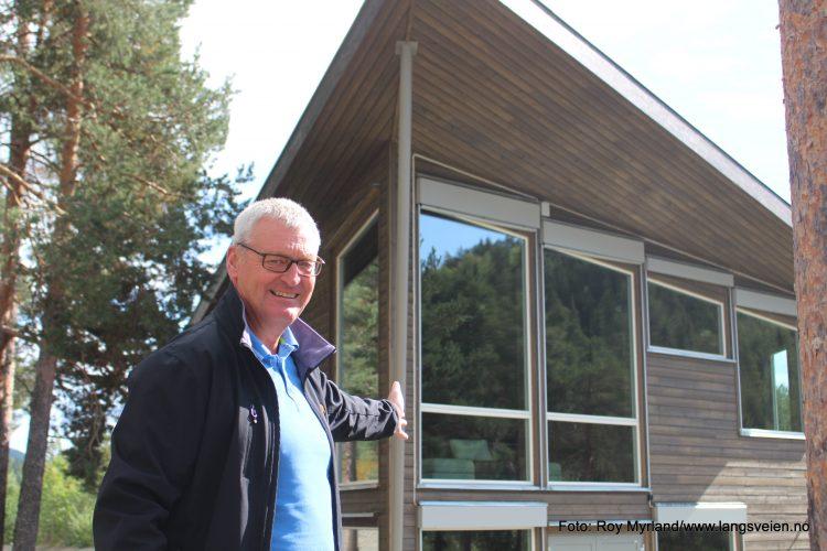 Rådmann Øivind LAngseth i Øystre-Slidre kommune foran Gapahuken ungdomsklubb på Tingvang. Foto Roy Myrland