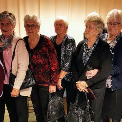 Julebord Fra venstre:Betsy Thon, Annlaug Aamodt, Ingegerd Holdal, Solveig Holdal, Synnøve Bakke, Inga Skrautvol, Ragnhild Haugen og Ida Lauvhaug. Bak fra venstre står: Ragnhild Sørhus og Ida Kristine Bakke.