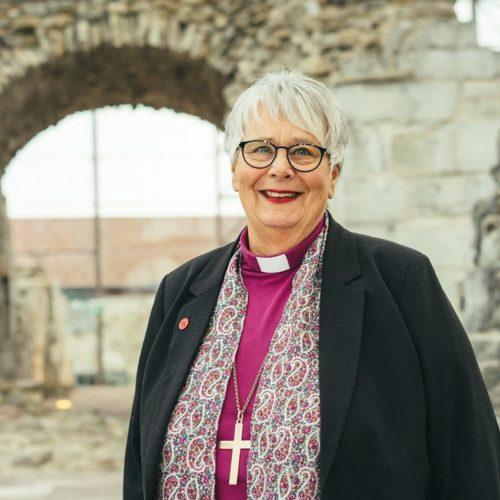 Biskop Solveig Fiske stenger, avlyser og begrenser.