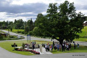 Thorolf Eriksens minnepark ligger ved den gamle eika i Modum. Foto Jan Arne Dammen
